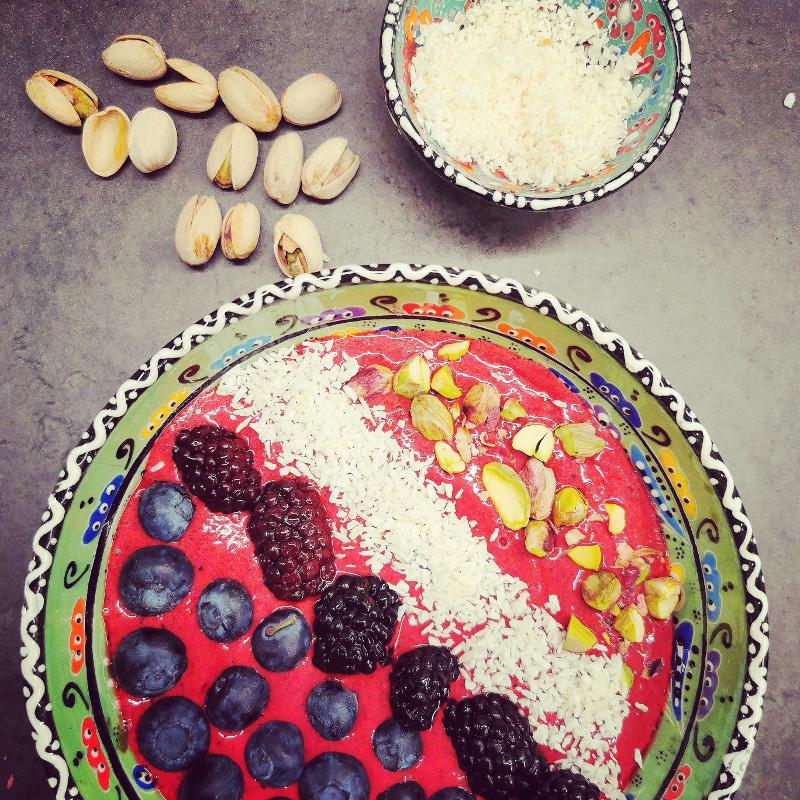 Lavkarbo kosthold bilde av smoothie bowl med bær