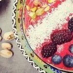 Lavkarbo smoothie bowl med skogsbær og kokos