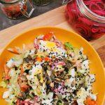 Lavkarbo avocado salat med egg og syltet rødløk