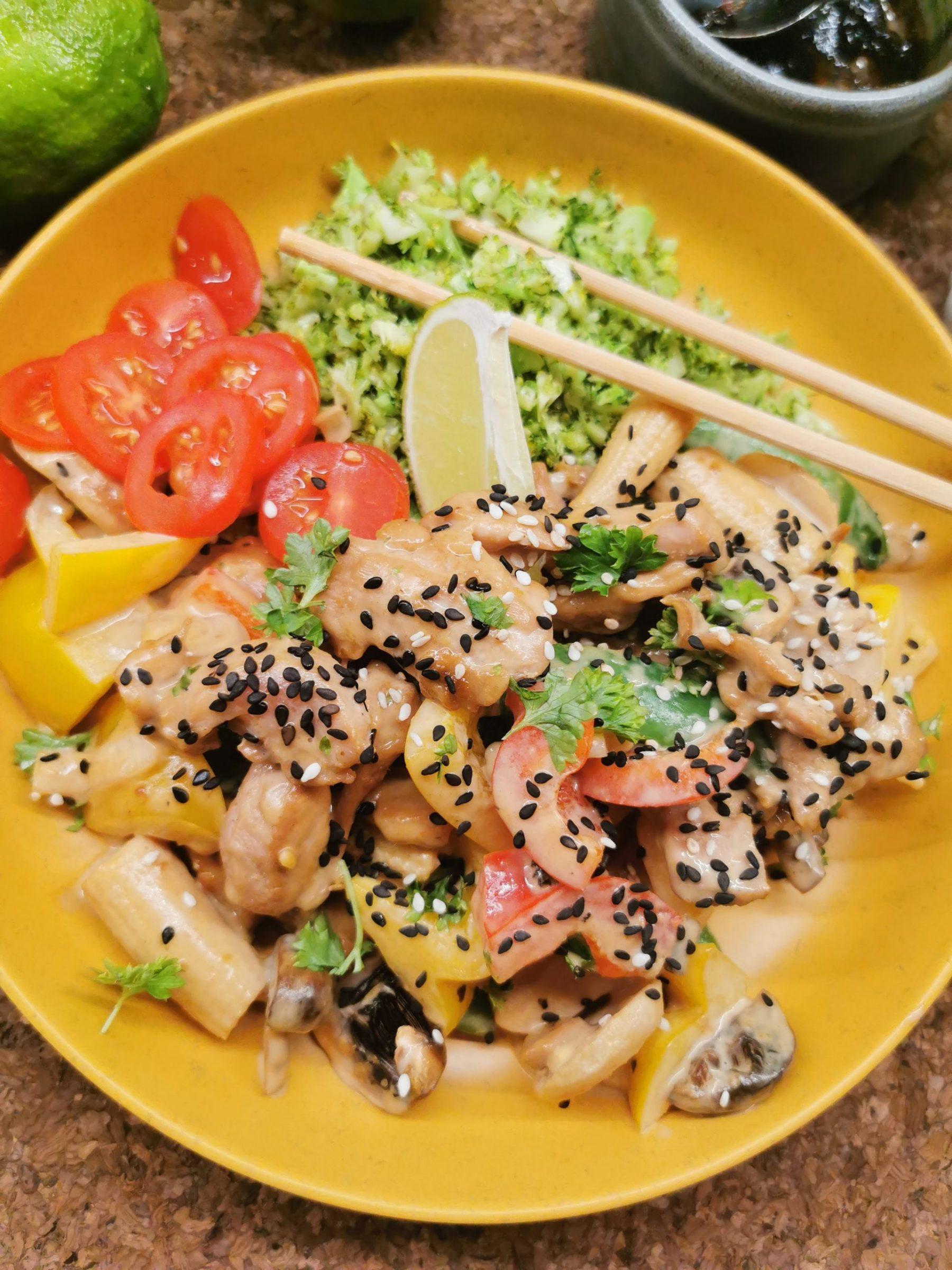 Lavkarbo kyllingwok med asiatisk peanøttsaus