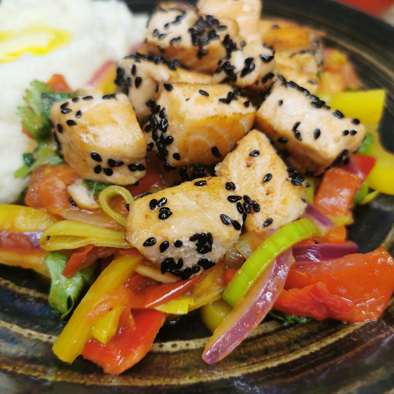 Lavkarbo stekt laks med grønnsaker