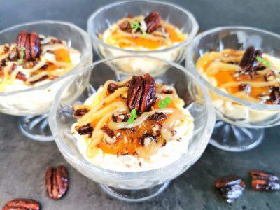 Lavkarbo gullkrem med multer og karamellsaus
