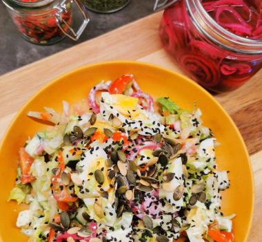 Lavkarbo avocadosalat med egg og syltet rødløk