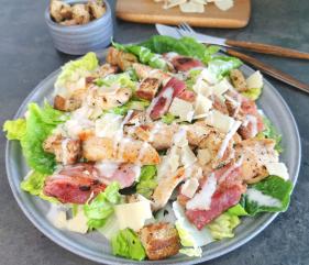 Lavkarbo Cæsarsalat med kylling, bacon og krutonger