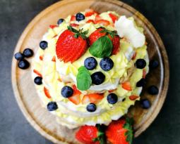 Lavkarbo pavlova med vaniljekrem og bær