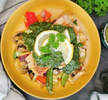 Lavkarbo stekt laks med wokgrønnsaker og grønn pestosaus